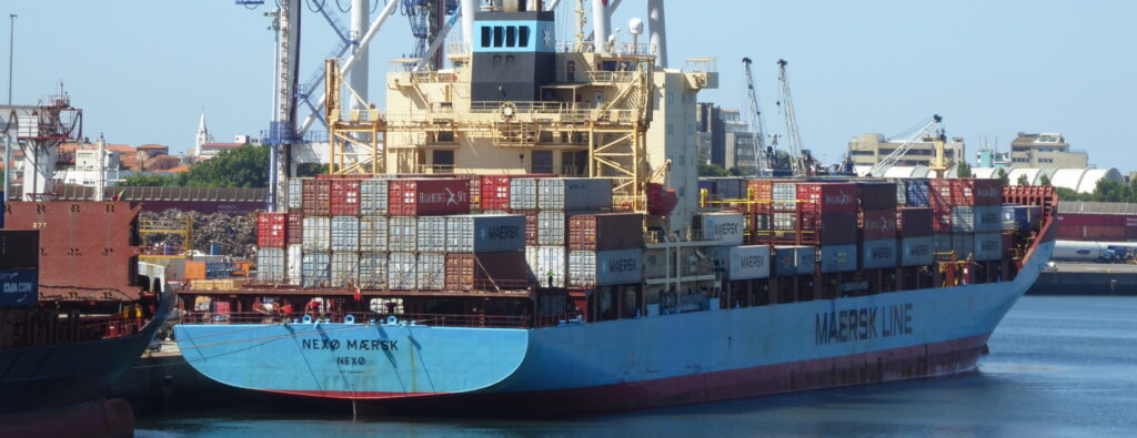 A container vessel used to illustrate the liner service in our logistics training article comparing Liner and Tramp ocean freight services.